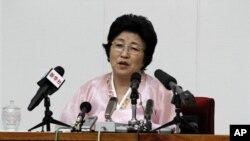 지난 6월 한국에서 북한으로 재입북한 탈북자 박정숙 씨가 평양에서 기자회견을 하고 있다.
