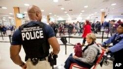 Warga AS memadati bandara Hartsfield–Jackson di Atlanta untuk melakukan perjalanan guna merayakan liburan Thanksgiving (25/11).