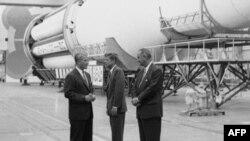 """1962 год. Вернер фон Браун (слева), президент США Джон Кеннеди (в центре) и вице-президент Линдон Джонсон у ракеты """"Сатурн""""."""