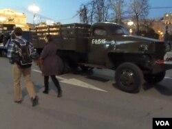俄美二战时曾是盟友,但现在两国关系越来越糟。2015年5月俄罗斯纪念二战胜利70周年时,莫斯科市中心展出的当年美国援助苏联的卡车。(美国之音白桦拍摄)