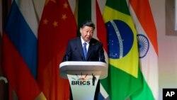 시진핑 중국 국가주석이 25일 남아프리카공화국 요하네스버그에서 열린 브릭스 정상회의 개막식에 참석해 연설하고 있다.
