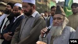 Maulana Yousef Qureshi (kanan) sedang berpidato dalam sebuah demonstrasi di Peshawar pada hari Jumat. Ulama pro-Taliban ini menawarkan hadiah 6.000 dolar untuk membunuh Asia Bibi.