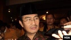 Mantan ketua Mahkamah Konstitusi Jimly Asshidique (foto) mengkritik sikap Jokowi yang mengulur waktu dalam memberikan keputusan soal Kapolri.