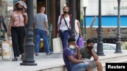 Warga mengenakan masker di jalanan kota Dora, Lebanon di tengah pandemi Covid-19 (foto: ilustrasi).