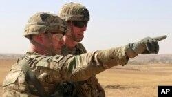 Lt. Col. Ed Matthaidess, commandant de la Task Force américaine Falcon, à gauche, en Irak et en Syrie, 10 octobre 2016.