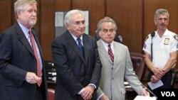 Strauss-Kahn planteó una demanda contra la muscama que lo acusó de haberla atacado sexualmente.
