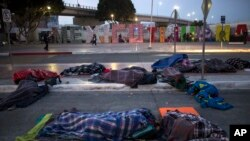 Di dân Trung Mỹ ngủ ngoài trời tại thành phố Tijuana, Mexico, giáp giới với Mỹ