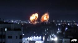 Ledakan menerangi langit malam di Kota Gaza saat pasukan Israel menembaki daerah Palestina.