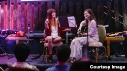 미국 워싱턴에서 지난 26일 열린 'NKSC 오픈 마이크 기금마련' 행사에서 탈북자를 만난 후 'Chance at Life'라는 노래를 만든 고등학생 밴드가 연주를 하고 있다. 사진 = Charles Yook.