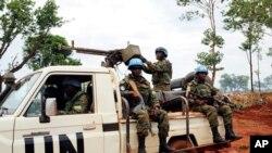 Des soldats de la paix des Nations Unies patrouillent à l'extérieur de Bria, en République centrafricaine, 26 mai 2017.