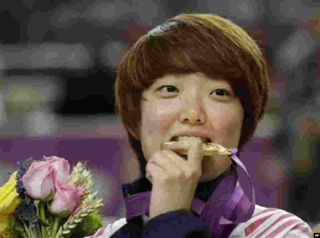 시상식에서 금메달을 입에 문 한국 김장미 선수.
