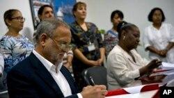 5일 쿠바 아바나에서 미국 무역업체 코바나 트레이딩 사의 스캇 길버트 변호사(왼쪽)와 쿠바 국영기업 쿠바익스포트 사의 이사벨 오렐리 대표가 마라부 숯 수출 동의서에 서명하고 있다.