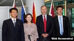 제네바 안보정책센터 웹 사이트에 실린 사진. 지난 2012년 7월에 열린 행사에서 북한 참석자들이 센터 관계자, 한국 참석자와 기념촬영을 했다. (자료사진)