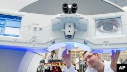 Primena laserske tehnologije u operacijama na oku, u bolnici Karl Zajs Meditek u Nemačkoj.