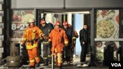 拉脫維亞超市屋頂坍塌,消防人員搜救受困人員.