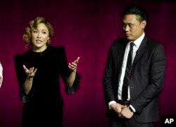 """""""瘋狂的亞洲富豪""""演員吳恬敏(左)和導演朱浩偉談論這個影片。"""