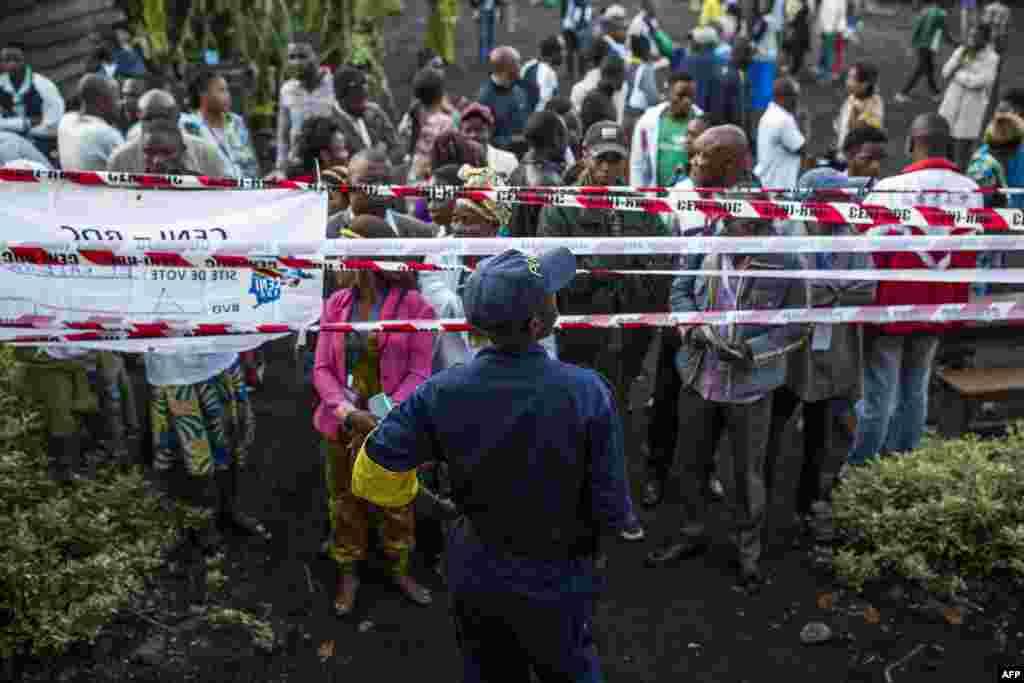 Wapiga kura na mashahidi wakizubiri kufunguliwa kwa kituo cha kupiga kura cha Katendere, mjini Goma, Dec. 30, 2018.