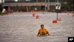 Badai Matthew menyebabkan jalanan di Savannah, Georgia tergenang banjir, Sabtu (8/10).
