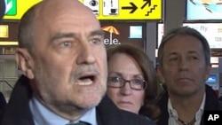 이란 방문에 앞서 19일 공항에서 기자들의 질문에 답변하는 헤르만 넥케르츠 IAEA 사무차장(왼쪽)과 관계자들.