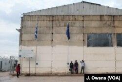 Para pengungsi di Vial pusat di Pulau Chios di Yunani. Ribuan pengungsi masih terdampar di pulau-pulau Yunani dekat Turki karena tidak mampu menjangkau pulau utama Yunani dan menghadapi ancaman deportasi.