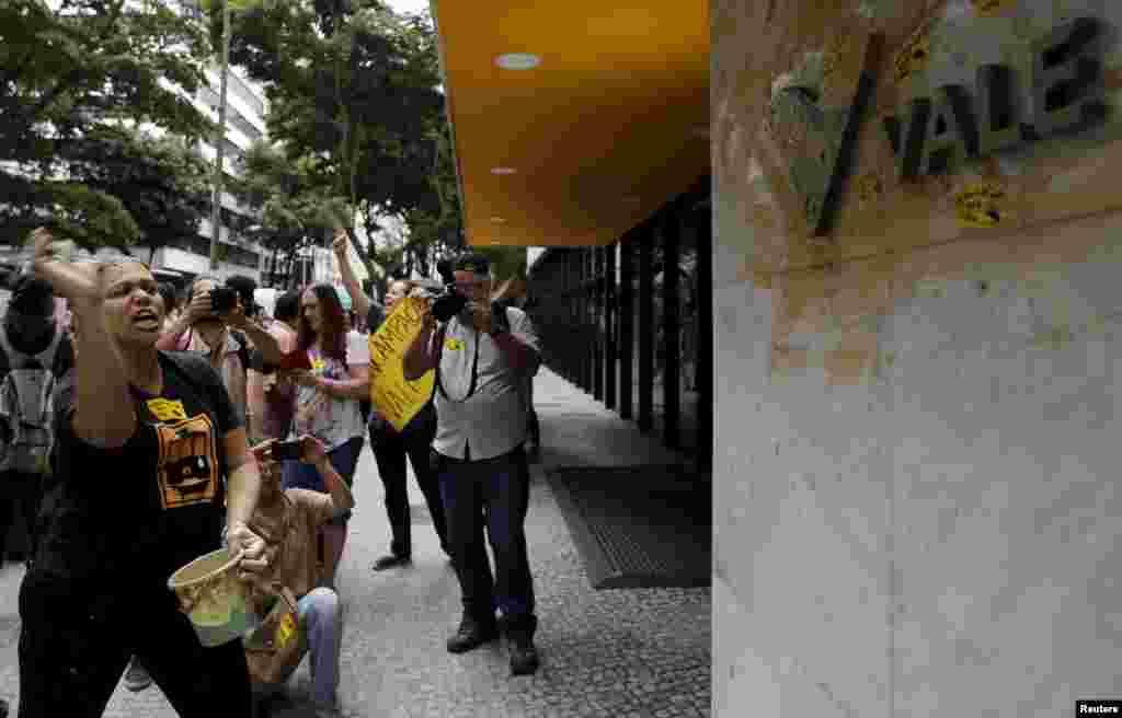 Ativistas protestam contra acidente ambiental em Mariana, em Minas Gerais, na frente da sede da Vale do Rio Doce, uma das empresas responsáveis pela tragédia