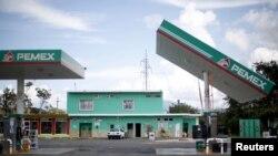 Una estación de gasolina dañada por la fuerza del huracán Patricia en el pueblo de Casimiro, cerca del puerto de Manzanillo, en México.