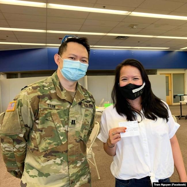 Dân biểu Trâm Nguyễn thăm một trung tâm cung cấp vaccine COVID-19 ở Massachusetts.