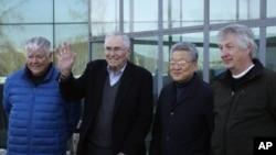 El presidente del Instituto Pacific Century, Donald Gregg (segundo de la izquierda) llega a Pyongyang junto a sus acompañantes.