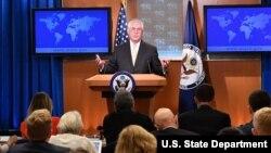렉스 틸러슨 미국 국무장관이 1일 워싱턴 국무부 브리핑룸에서 외교 현안에 대한 언론 브리핑을 하고 있다.