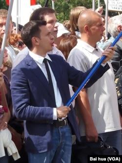 反对派人士亚申(前排左一)在2013年夏季莫斯科的一次反政府集会上。(美国之音白桦拍摄)
