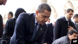 奥巴马总统脱鞋参观土耳其清真寺
