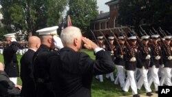 مایک پنس در مراسم یادبود سی و چهارمین سالگرد بمبگذاری پایگاه تفنگداران دریایی آمریکا در بیروت