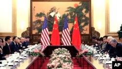 중국을 방문한 조 바이든 미국 부통령이 (오른쪽 2번째) 4일 베이징 인민대회당에서 시진핑 중국 국가주석(왼쪽 3번째)와 회담했다.