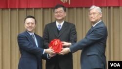 台灣陸委會星期二舉行新舊主委交接典禮(美國之音張永泰拍攝)