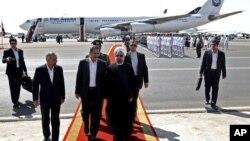 28일 미국 뉴욕에서 열린 유엔총회 참석을 마치고 귀국한 로하니 이란 대통령이 공항을 빠져 나오고 있다.