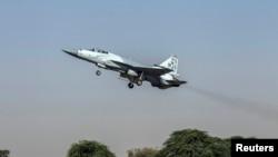 """一架JF-17雷霆战斗机在2013年6月7日从巴基斯坦北部的萨戈达的穆沙夫空军基地起飞。这款""""枭龙""""战机由中国航空工业公司和巴基斯坦航空综合企业联合开发。"""