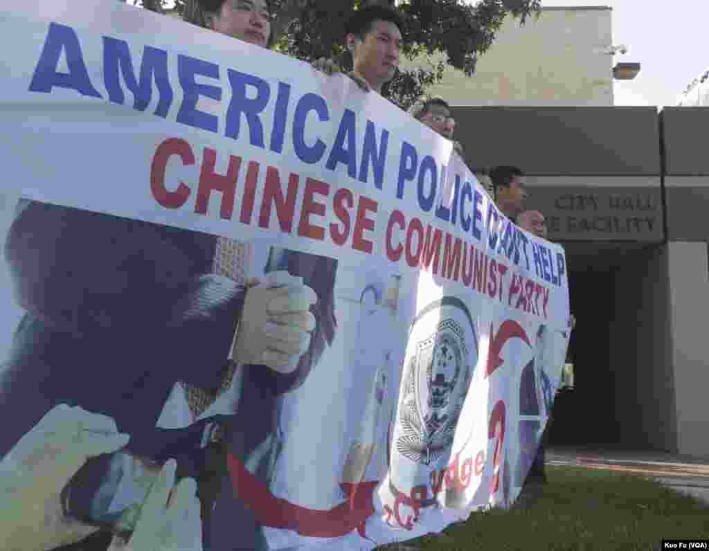 升旗风波的示威者在蒙特利公园市警局前持横幅抗议(美国之音国符拍摄)