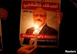 استنول میں سعودی قونصلیٹ کے سامنے خشوگی کے قتل کے خلاف مشعل بردار مظاہرہ ۔25 اکتوبر 12018