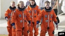 Phi hành đoàn phi thuyền con thoi Atlantis, các phi hành gia (từ trái) Sandy Magnus, Dough Hurley, Rex Walhiem và Chris Ferguson thực tập tại Trung tâm Không gian Kennedy, bang Florida