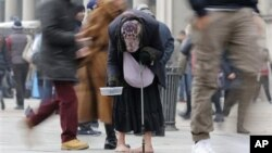 8일 이탈리아 밀라노 중심가에서 구걸하는 노인. 유로화 사용국의 실업률이 사상 최고인 11.8%를 기록했다.