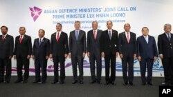 Các bộ trưởng quốc phòng ASEAN tại cuộc họp ở Singapore ngày 6/2/2018.