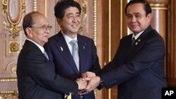 ဂ်ပန္ဝန္ႀကီးခ်ဳပ္ Shinzo Abe (ဗဟို)၊ ျမန္မာသမၼတဦးသိန္းစိန္ (ဝဲ) နဲ႔ ထုိင္းဝန္ႀကီးခ်ဳပ္ Prayuth Chan-ocha တို႔ ဂ်ပန္ႏိုင္ငံ မဲေခါင္အစည္းအေဝးအတြင္း သီးျခားေတြ႔ဆံု၊ ထားဝယ္စီမံကိန္းလက္မွတ္ေရးထုိးၿပီး ေတြ႔ရစဥ္။ (ဇူလိုင္ ၃၊ ၂၀၁၅)