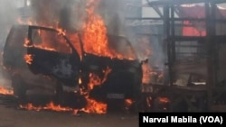 Lubumbashi, dans la commune de la Kenya, un minibus de transport en commun a été incendié, en RDC, le 15 novembre 2017. (VOA/Narval Mabila)