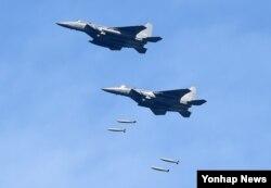 29일 강원도 필승사격장에서 실시된 공격 편대군 실무장 폭격에서 공군 F-15K 전투기가 무게 1톤의 MK-84 폭탄을 투하하고 있다.