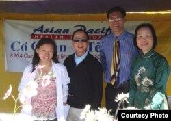 Từ trái sang: Cô Phương Thôi - sinh viên năm nhất trường Dược Skaggs tại UCSD, ông Trần Duy Tôn - bác sĩ gia đình đã nghỉ hưu, ông Chi Hà - bác sĩ giải phẫu thẩm mỹ, chỉnh hình, và ung thư, và tiến sĩ Trần Bình Nhung - Giám đốc điều hành Cơ quan Y tế Á Châu