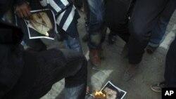 Egipćani spaljuju poster sa likom predsednika Mubaraka