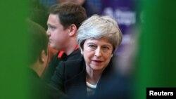 Perdana Menteri Inggris Theresa May mengunjungi Leisure Box dalam kampanye pemilu lokal di Brierfield, Lancashire, Inggris, 25 April 2019.