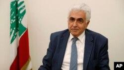 Menteri Luar Negeri Lebanon Nassif Hitti, bersiap meninggalkan kantornya setelah mengumumkan pengunduran dirinya di kantor Kementerian Luar Negeri Lebanon di Beirut, Senin, 3 Agustus 2020.