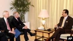 امیکی قانون سازوں کا ایک وفد پاکستانی وزیر اعظم یوسف رضا گیلانی سے ملاقات کررہا ہے۔ فائل