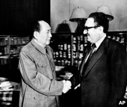 1973年11月12日,中共主席毛泽东和美国国务卿基辛格博士在北京中南海握手。